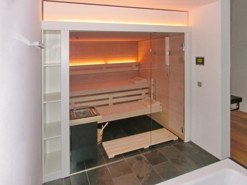 badezimmer kleine sauna weie fliesen dusche glas trennwand ...