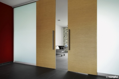 Design Raumteiler mit Gleittüren, querfurniert, Mattglas