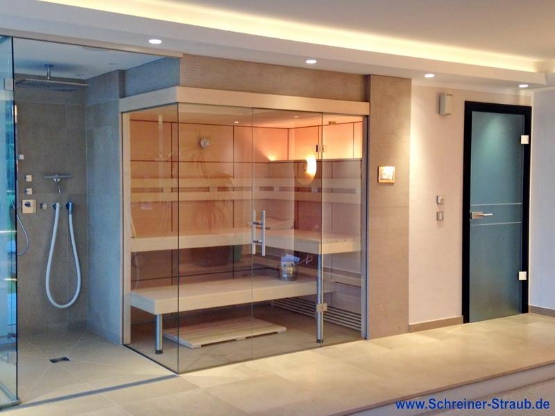 Saunakabine mit integrierter Duschtrennwand