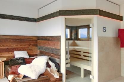 Moderne Altholz Einbausauna mit Panorama Fenster