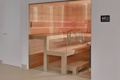 Wellness-Sauna in Hemlock mit Glasfront