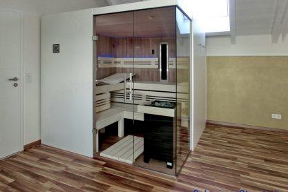 Sauna mit Eckverglasung und ergonomischer Liege