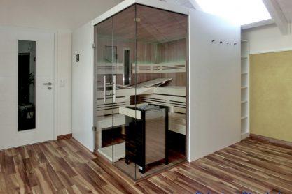Sauna mit Eckverglasung und ergonomischer Liege - Außenansicht