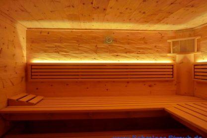 Einbausauna in Zirbe - Rückenlehnen mit LED-Beleuchtung