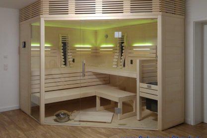 Massivholz-Sauna mit breiter, abgeschrägter Glasfront