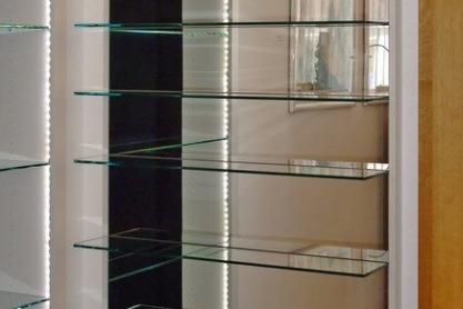 Wohnen - Glasregal mit Spiegelrückwand